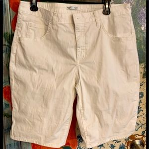 RIDERS-LEE 14M MID-RISE BERMUDA WHITE JEANS SHORTS